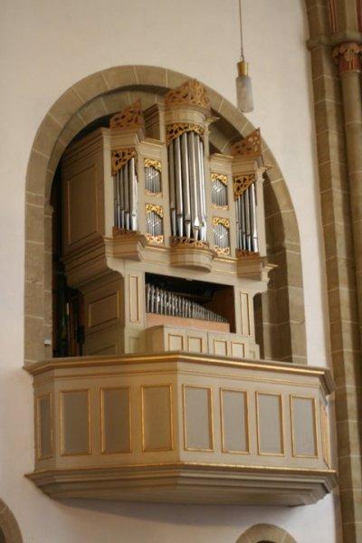Die Schwalbennestorgel (auch Heinrich-Schütz-Orgel oder Zuberbier-Ott-Orgel genannt) an der Nordwand im hohen Chor des Herforder Münsters