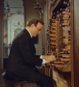 Organist Karl Richter an der Dreifaltigkeits-Orgel in der Basilika Ottobeuren