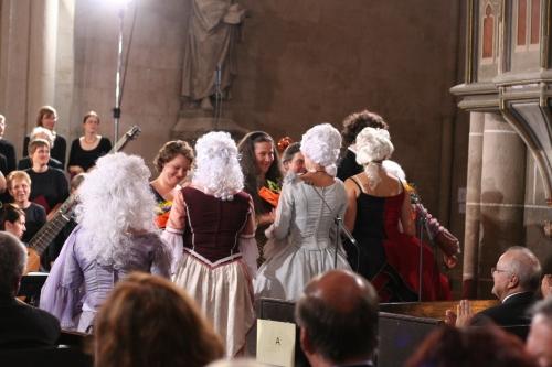 Junge französische Barockdamen, verkleidet als Französinnen begleiteten uns durch den Eröffnungsabend, die Eingangsbegrüßung der Besucher erfolgte auf französich...