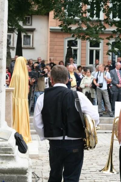 Das neue Bachdenkmal vor der Enthüllung