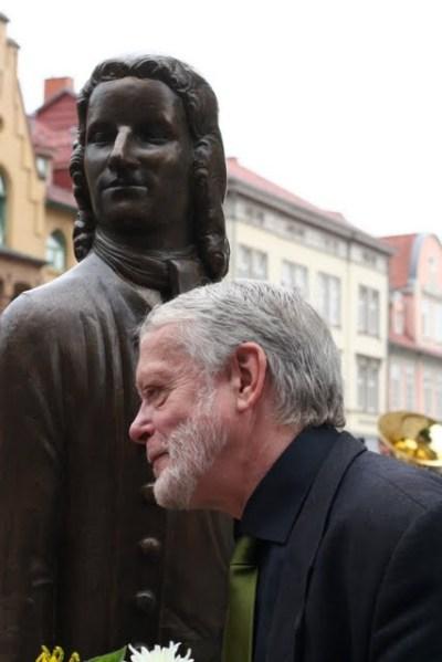 Künsler Klaus Friedrich Messerschmidt vor seinem erstellten Bach-Werk