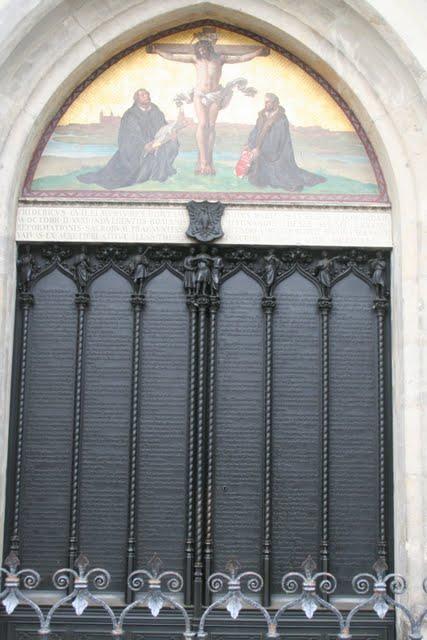Kirchen_T_r_der_Schlosskirche_Wittenberg_mit_den_Luther_Thesen.JPG