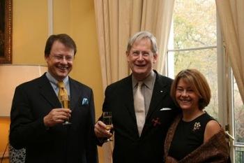 Foto: Verleihung des Bundesverdienstkreuzes 1. Klasse durch den Botschafter in London an Sir John Eliot Gardiner!