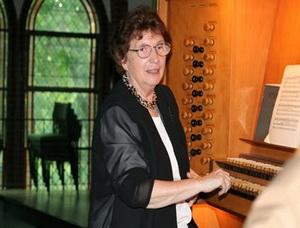 Elisabeth Roloff an der Kleuker-Orgel der Ev. Kirche in Bielefeld-Ummeln, © V. Hege