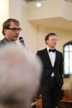 von links im Bild: Anselm Hartinger und Dirigent Rudolf Lutz