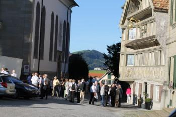 Besucher-Gruppen zum Konzert in Trogen am 17.8.2012 am Vorplatz der Ev. reform. Kirche
