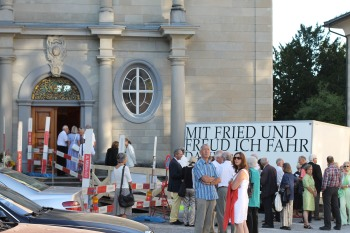 Besucher-Gruppen zum Konzert in Trogen am 17.8.2012 an der Ev. reform. Kirche