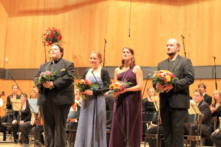 Gesangs-Solisten:  Carine Tinney (Sopran) - Janina Hollich (Alt) - Volker Hanisch (Tenor) - Gregor Loebel (Bass)