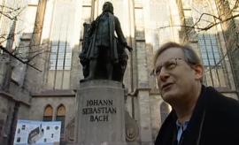 Sir J.E. Gardiner vor dem Bachdenkmal der Thomaskirche