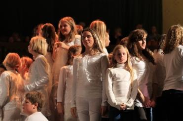 Freude und entspannte Gesichter zu erkennen vom Mädchenchor beim wohlverdienten Schlussapplaus