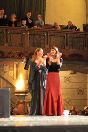 Links im Bild Altistin Juliane Harberg als Maria rechts daneben eine Ersatz-Sängerin für die Maria