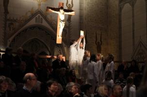 Szene mit der Heiligen Schrift am Kreuz