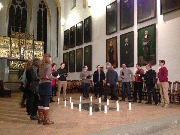 The Monteverdi Choir an der Grbastätte von J. S. Bach in der Thomaskirche Leipzig im Januar 2013
