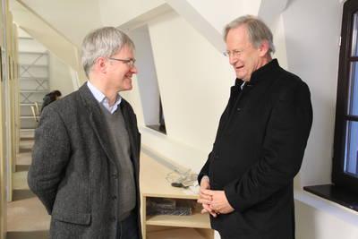 Sir John Eliot Gardiner im Gespräch mit PD Dr. habil. Peter Wollny (links) während der Dreharbeiten zur TV-Dokumentation »The Genius of Bach«.