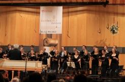 """Im Konzerthaus der HfM Detmold gruppiert sich der studentische Vokal-Chor der HfM Detmold zur Motette BWV 230 """"Lobet den Herrn, alle Heiden"""" Leitung. Prof. Gerhard Weinberger"""