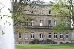 Das ehemalige Palaisgebäude vom Fürstlichen Hof wird jetzt von der HfM Detmold genutzt. Ansicht vom Park.