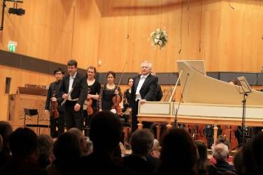 Applaus für das Werk von Johann Ludwig Krebs (1713–1780) Doppelkonzert für Oboe und Cembalo h-Moll. Solist: József Kiss, Oboe. (Dozent an der HfM Detmold)