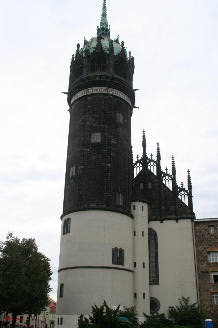 """Schloss-Kirche Wittenberg Luther-Kirche - Am Turm der Hinweis auf den Choral: """"Ein feste Burg ist unser Gott"""""""