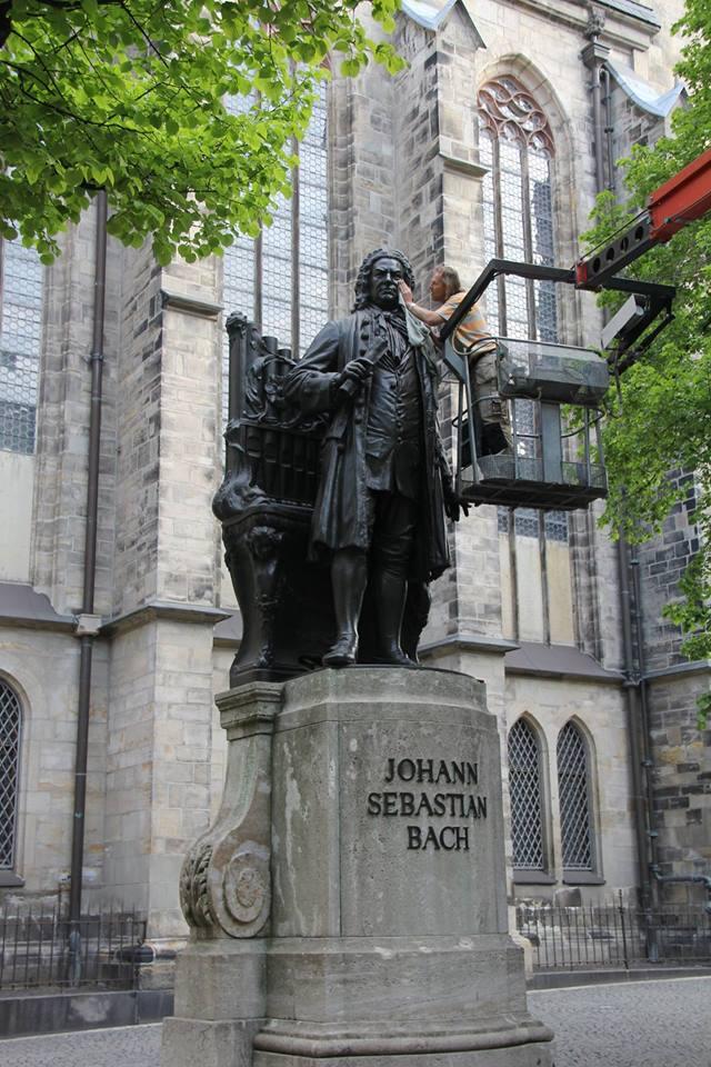 Frühjahrsputz am Bachdenkmal vor der Thomaskirche in Leipzig