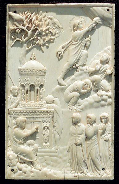 """Eine der ältesten Darstellungen der Himmelfahrt als Elfenbeinrelief, Mailand oder Rom um 400 (sogenannte """"Reidersche Tafel"""", Bayerisches Nationalmuseum München)"""