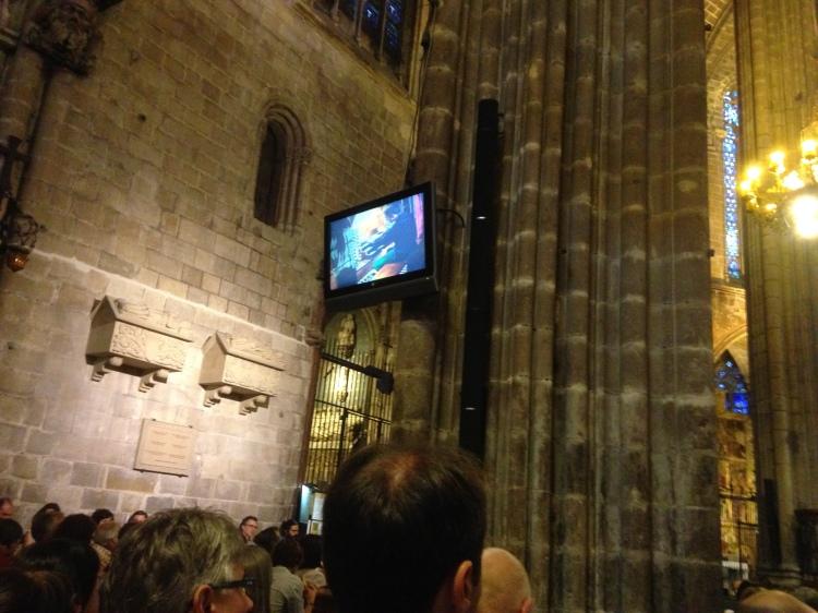 An den Säulen Bildschirme in La Catedral Barcelona wo das Orgelspiel des Organisten verfolgt werden kann.