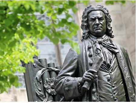 Blick auf das Denkmal des Komponisten Johann Sebastian Bach auf dem Thomaskirchhof in Leipzig. / Picture: alliance dpa / Jan Woitas