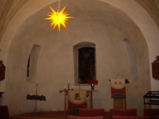 Adventzeit mit geschmückter Kirche und Herrnhuter Weihnachtsstern