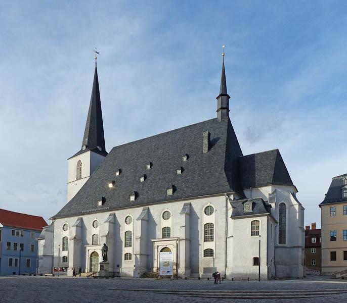 Herderkirche in Weimar. Hier wurden die zwei ältesten Söhne von J.S. Bach getauft. Die spätgotische Stadtkirche St. Peter und Paul wurde als dreischiffige Hallenkirche in den Jahren 1498 - 1500 erbaut. Der erste Kirchenbau an dieser Stelle erfolgte in den Jahren 1245 - 1249. Die Fundamente des Westturms gehören zu den ältesten Bauteilen der Stadt. Von der spätgotischen Ausstattung der Kirche sind der Taufstein, der Aufgang zur barock umkleideten Kanzel und Teile eines Wandbildes der heiligen Ursula unter der Orgelempore erhalten.