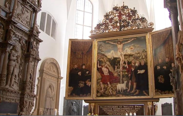 Das sehr bemerkenswerte dreiflüglige Altarbild in der der Stadtkirche (Herderkirche) in Weimar  wurde von Lucas Cranach dem Älteren in seinem Todesjahr 1552 begonnen.