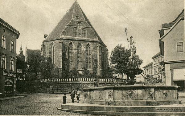 Arnstadt (Thüringen) Bach-Kirche ehemals  Bonifatius Kirche . mit Hopfenbrunnen von 1906. Foto-Copyright Martin Bretschneider