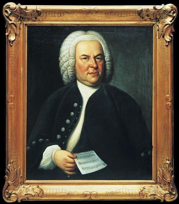 J. S. Bach im Alter von etwa 60 Jahren mit Notenblatt in der Hand. Der Maler Elias Gottlob Haußmann schuf es 1748. Es handelt sich vermutlich um das einzige Bach-Porträt, das zu Lebzeiten des Komponisten entstand. Alle späteren Darstellungen orientierten sich an Haußmanns Werk.
