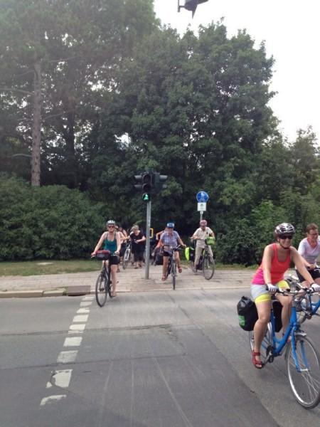Die Rad-Gruppe beim Überqueren einer Ampel