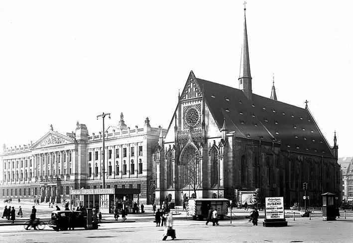 Der ehemalige Karl-Marx-Platz vor der Paulinerkirche, April 1952. Wirkungstätte von J. S. Bach. Die Sprengung der Paulinerkirche erfolgte am 30. Mai 1968 um 9:58 Uhr auf Anordnung des Staatsratsvorsitzenden der DDR Walter Ulbricht. Obwohl sie den Krieg fast unbeschädigt überstanden hatte, wurde sie nach Beschluss der SED-geführten Stadtverwaltung und auf Betreiben der Universität 1968 gesprengt.