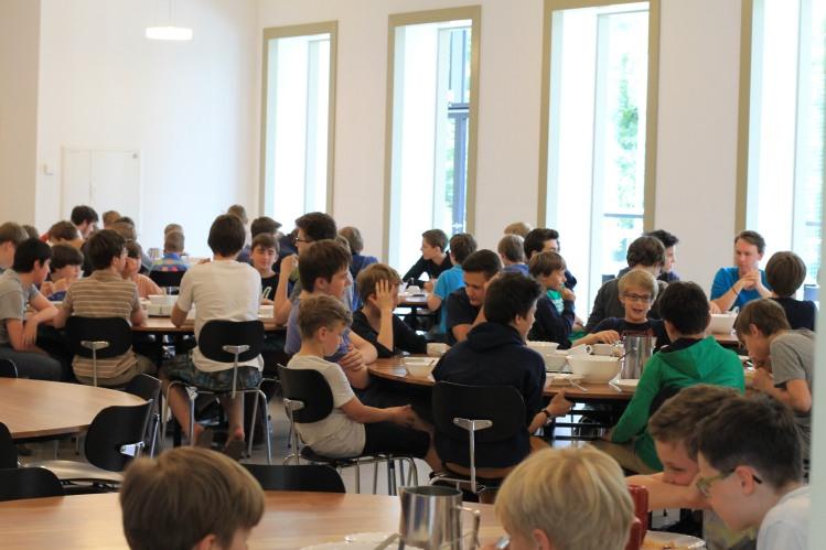 Thomaner beim Mittagessen im Alumnat Leipzig