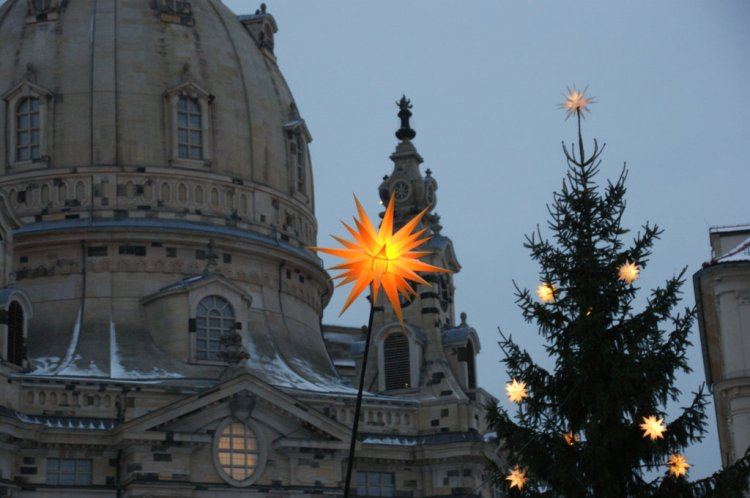 Herrnhuter Sterne auf dem Vorplatz der Frauenkirche Dresden