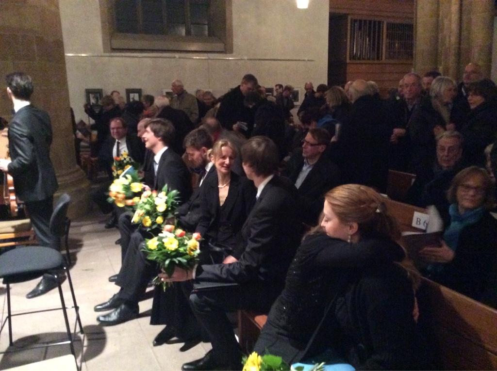 Blumen für die Dirigentin Annette Köhler, Bildmitte.