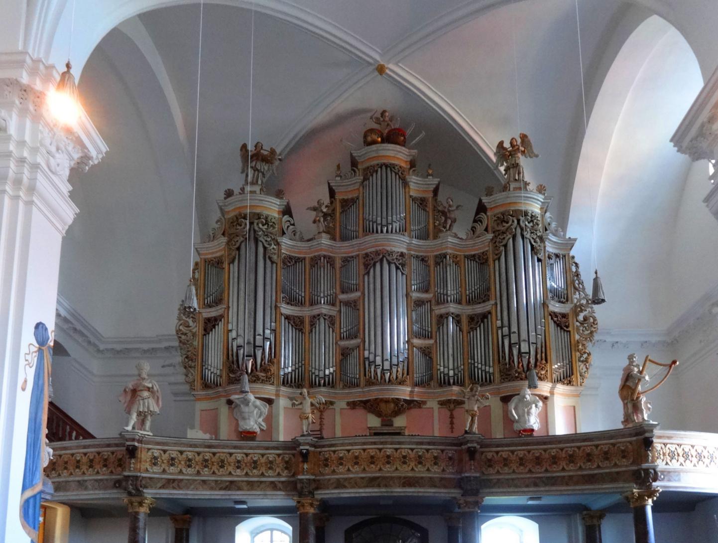 Die Treutmann-Orgel in der Stiftskirche St. Georg in Grauhof bei Goslar mit 42 Registern und rund 2 500 Pfeifen auf drei Manualen und dem Pedal erweist sich heute wieder besonders geeignet für die Interpretation des umfangreichen kompositorischen Werkes von Johann Sebastian Bach. Der große Leipziger Thomas-Kantor liebte vor allem die ihm aus seiner thüringischen Heimat vertrauten Streicher-Register. Bach-Interpreten, die den Klangvorstellungen des Meisters nahe kommen wollen, schätzen daher die Grauhofer Orgel besonders.