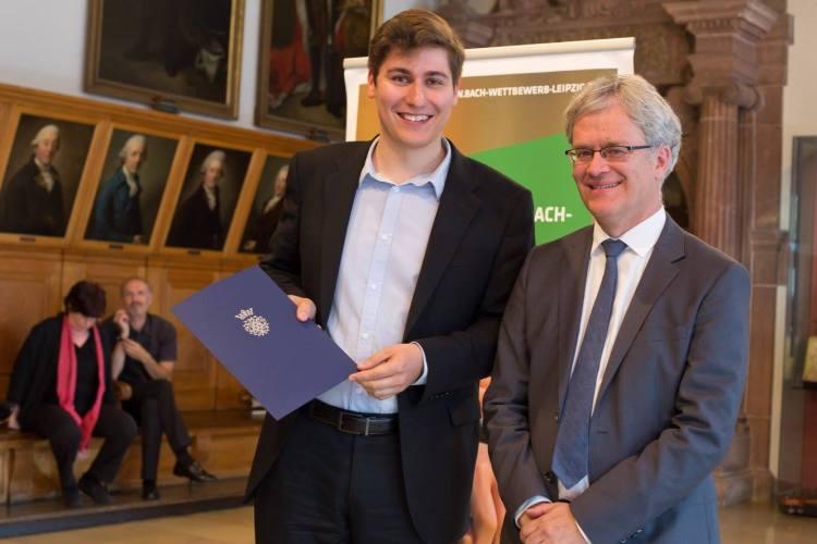 Der 1. Preisträger im Fach Gesang beim Bach-Wettbewerb 2016 - Patrick Grahl, mit dem Direktor des Bach-Archivs Prof. Dr. Peter Wollny. Foto. Gert Mothes