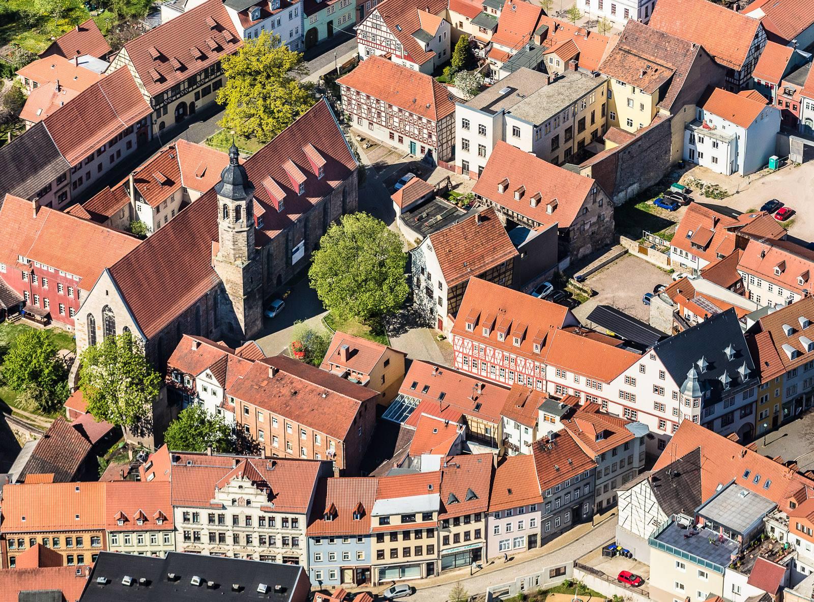 Im Mittelpunkt vom Foto die Bachkirche in Arnstadt (Thüringen) als Luftaufnahme !