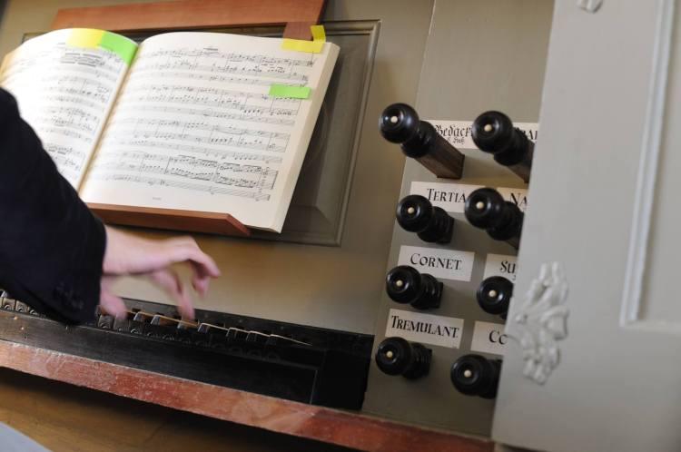 Orgel-Foto mit Tastatur und Noten