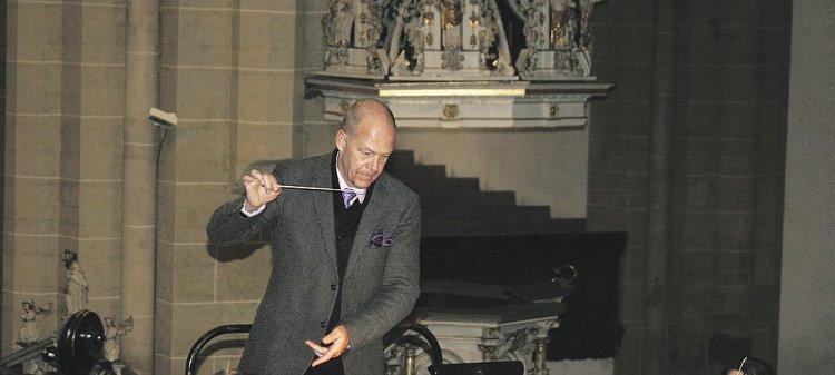 Mit sicherer Hand: Münsterkantor Stefan Kagl leitet das philharmonische Bachorchester und den Münsterchor. Foto: © Tenta