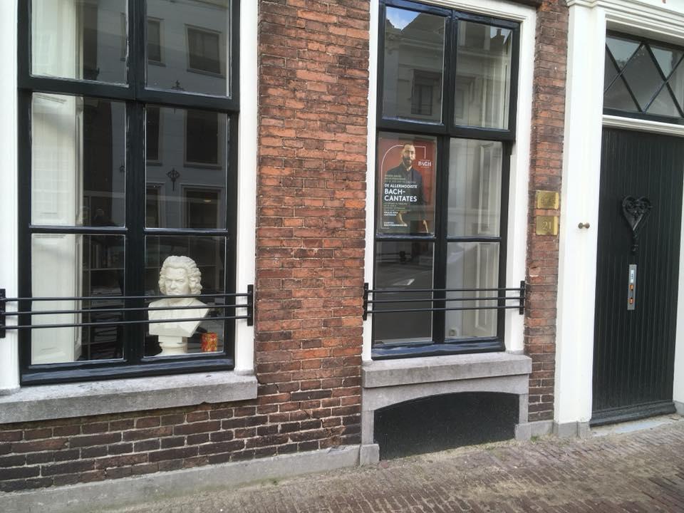 Im Fenster die Büste von J.S. Bach gesehen in Naarden (Holland)